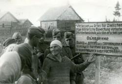 Жители-села-близ-Опочки-рассказывают-своим-освободителям-бойцам-2-го-Прибалтийского-фронта-о-тяжелой-жизни-в-немецкой-неволе